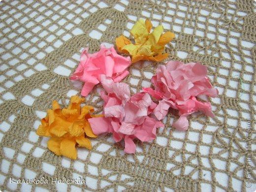 Учились делать объемные самодельные цветы, используя (за неимением дырокольных заготовок)шаблоны. Вот такие хризантемки делали из мокрой бумаги для акварели, предварительно окрасив ее в желаемый цвет. фото 3