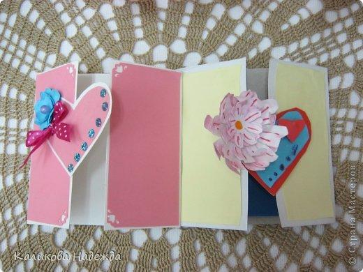 Учились делать объемные самодельные цветы, используя (за неимением дырокольных заготовок)шаблоны. Вот такие хризантемки делали из мокрой бумаги для акварели, предварительно окрасив ее в желаемый цвет. фото 21