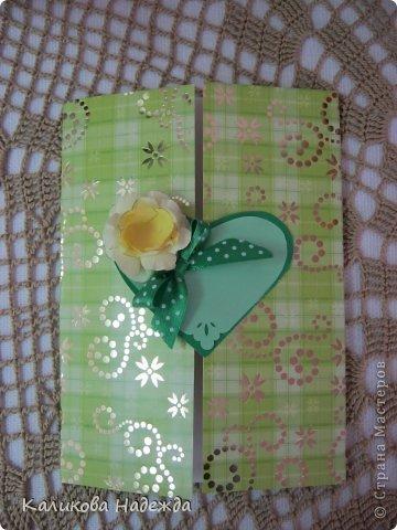 Учились делать объемные самодельные цветы, используя (за неимением дырокольных заготовок)шаблоны. Вот такие хризантемки делали из мокрой бумаги для акварели, предварительно окрасив ее в желаемый цвет. фото 28
