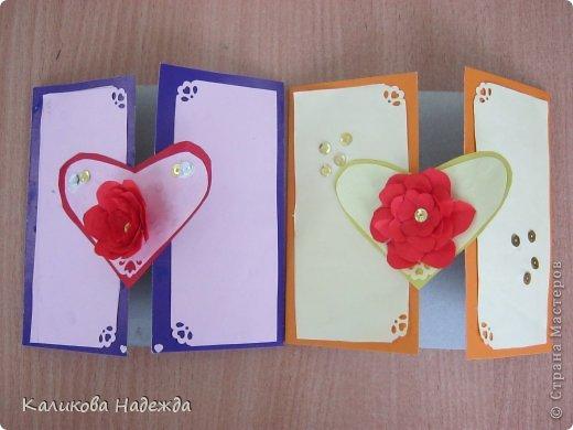 Учились делать объемные самодельные цветы, используя (за неимением дырокольных заготовок)шаблоны. Вот такие хризантемки делали из мокрой бумаги для акварели, предварительно окрасив ее в желаемый цвет. фото 26