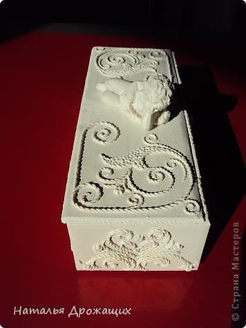Купюрница  выполнена в технике пейп арт Татьяны Сорокиной, покрыта белой матовой эмалью. фото 2