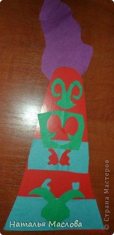 """Из женских головных уборов казахов наиболее оригинальный и самобытный это свадебный, известный под названием """"саукеле"""". Саукеле - один из древних головных уборов, бытовавший у казахов до самого конца 19 века. По описанию И.И.Ибрагимова, """"саукеле - высокий конусообразный головной убор, украшенный серебрянными и золотыми монетами, жемчугом и кораллами. Длина - 1,5 аршина... Свадебный головной убор носят только в первое время после замужества, около года, а потом снимают и надевают только на больших праздниках, и то в продолжение четырех или пяти лет. Каркас саукеле покрывали тканью и пришивали на нее накладные металлические бляхи различной конфигурации, в гнезда которых вставлялись драгоценные и полудрагоценные камни. Бляхи были крупные и мелкие. Мелкие крепились между крупными. Сверху саукеле покрывались шелковым или бархатным платками. В изготовлении саукеле принимали участие наиболее искусные мастера, в частности, закройщик, вышивальщицы - мастерицы по изготовлению шелковых поясков и платков. Узоры на платках и лентах вышивались ирисом, то есть толстыми скрученными разноцветными нитками. Центр и края платков часто отделывались """"жгутовой вышивкой"""" и шитьем сетками. Золотые, серебряные и бронзовые подвески, и накладные бляхи для саукеле делали ювелиры, применявшие литье, чеканку, штамповку, филигрань и др. Обычно мастер работал над одним саукеле целый год. Наши саукеле попроще, но ребята очень старались. Работа Чумакова Вадима. фото 3"""