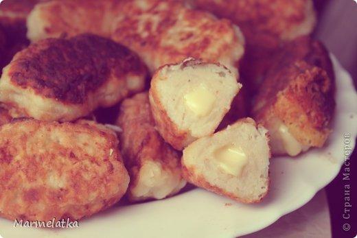 5 средних варёных картофелин  2 яйца  100 г панировочных сухарей  100 г твёрдого сыра  2-3 ст. л муки  растительное масло (для жарки)  чёрный молотый перец, соль - по вкусу