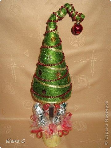 Мне очень нравятся вот такие веселые елки. Решила сделать, получилось. Можно подсмотреть здесь  http://www.liveinternet.ru/users/i_mama/post250109849/ У меня конус-основание выполнен из картона.
