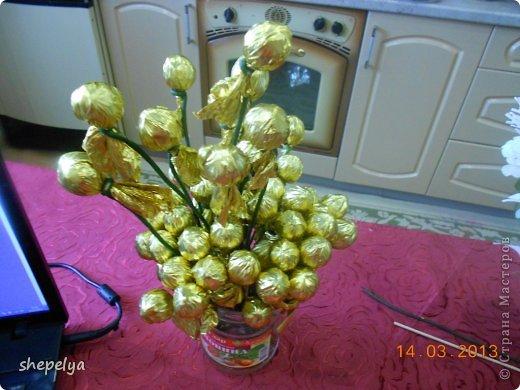 МК Корзина ромашек и васильков из конфет фото 3