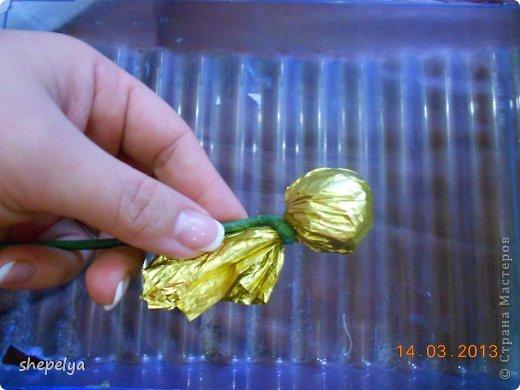 МК Корзина ромашек и васильков из конфет фото 4