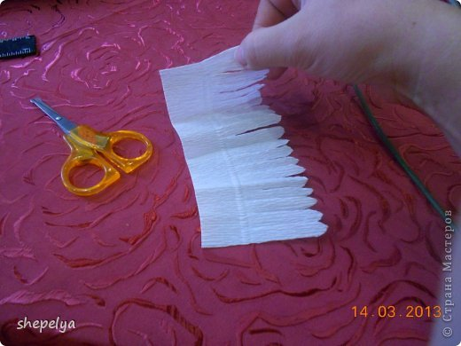 МК Корзина ромашек и васильков из конфет фото 15