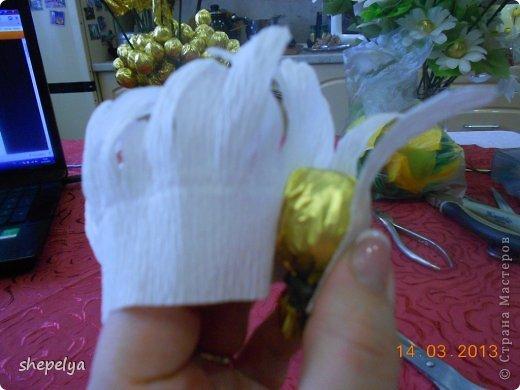 МК Корзина ромашек и васильков из конфет фото 17