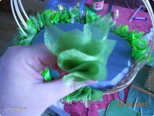 МК Корзина ромашек и васильков из конфет фото 24