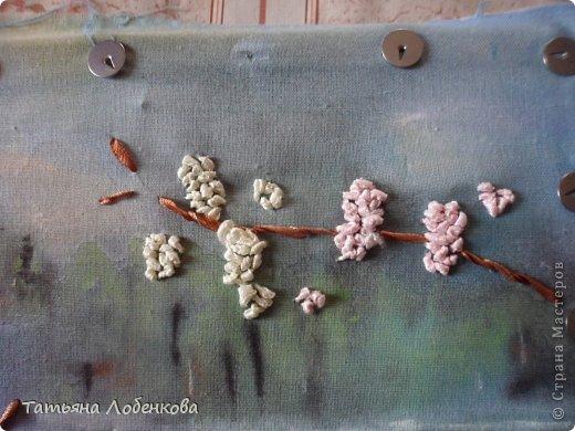 Мне очень нравится вышивать по нарисованному акварелью фону. Раньше я вышивала гладью нитками мулине, а сейчас меня привлекает вышивка ленточками. Вот решила вышить ветки черемухи на фоне акварельного пейзажа. фото 10