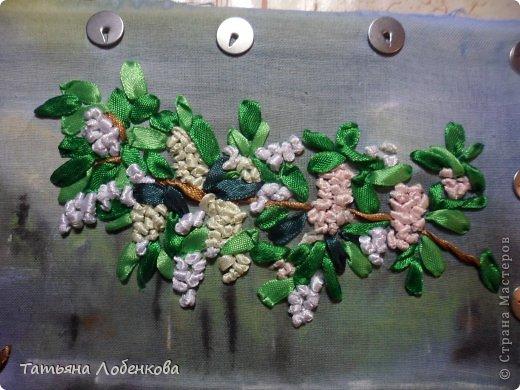 Мне очень нравится вышивать по нарисованному акварелью фону. Раньше я вышивала гладью нитками мулине, а сейчас меня привлекает вышивка ленточками. Вот решила вышить ветки черемухи на фоне акварельного пейзажа. фото 11