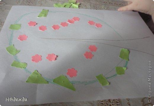 Решила я с Олесей (2,7года) сделать весенне дерево, а тут и Вероничка (10лет) решила тоже присоедениться к нашиму творчеству. Помогла нарисовать контуры деревьев, я подготовила дыракольности розовых цветочков и началась работа. фото 2