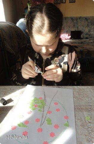 Решила я с Олесей (2,7года) сделать весенне дерево, а тут и Вероничка (10лет) решила тоже присоедениться к нашиму творчеству. Помогла нарисовать контуры деревьев, я подготовила дыракольности розовых цветочков и началась работа. фото 3