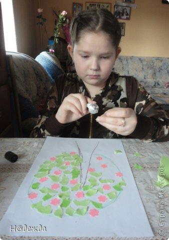 Решила я с Олесей (2,7года) сделать весенне дерево, а тут и Вероничка (10лет) решила тоже присоедениться к нашиму творчеству. Помогла нарисовать контуры деревьев, я подготовила дыракольности розовых цветочков и началась работа. фото 5