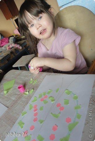 Решила я с Олесей (2,7года) сделать весенне дерево, а тут и Вероничка (10лет) решила тоже присоедениться к нашиму творчеству. Помогла нарисовать контуры деревьев, я подготовила дыракольности розовых цветочков и началась работа. фото 4