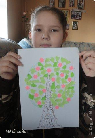 Решила я с Олесей (2,7года) сделать весенне дерево, а тут и Вероничка (10лет) решила тоже присоедениться к нашиму творчеству. Помогла нарисовать контуры деревьев, я подготовила дыракольности розовых цветочков и началась работа. фото 6