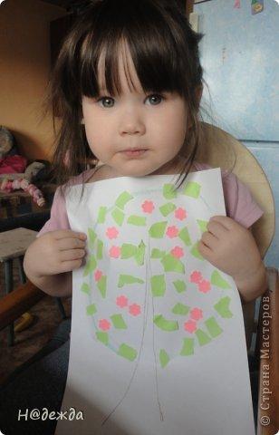 Решила я с Олесей (2,7года) сделать весенне дерево, а тут и Вероничка (10лет) решила тоже присоедениться к нашиму творчеству. Помогла нарисовать контуры деревьев, я подготовила дыракольности розовых цветочков и началась работа. фото 7