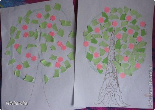 Решила я с Олесей (2,7года) сделать весенне дерево, а тут и Вероничка (10лет) решила тоже присоедениться к нашиму творчеству. Помогла нарисовать контуры деревьев, я подготовила дыракольности розовых цветочков и началась работа. фото 1