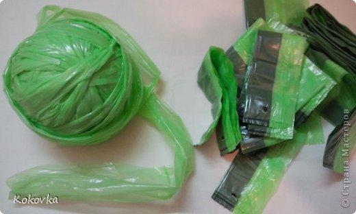 Вот такие корзинки-горшочки  связала крючком из пакетов. фото 14