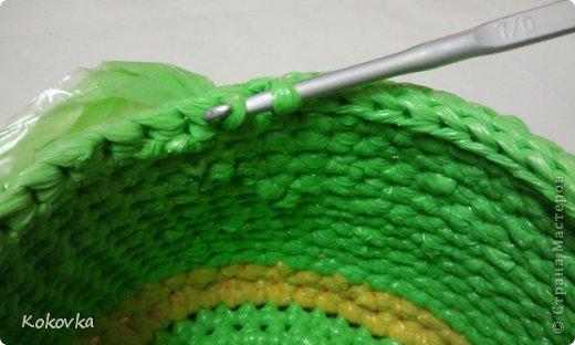 Вот такие корзинки-горшочки  связала крючком из пакетов. фото 21