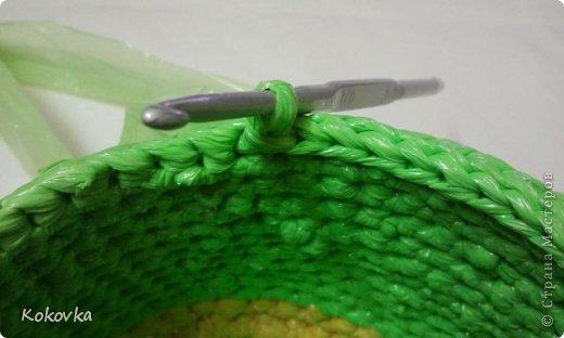 Вот такие корзинки-горшочки  связала крючком из пакетов. фото 22
