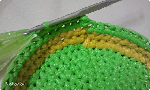 Вот такие корзинки-горшочки  связала крючком из пакетов. фото 23