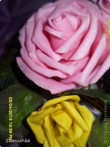 Такой букетик собрался в подарок свекрови....Цветы еще не закреплены окончательно так как кажется чего-то нехватает. У меня так и напрашиваются туда голубые цветочки. ПОдскажите стоит ли что-то добавлять или оставить так!!!!  фото 4