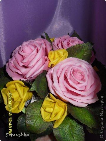 Такой букетик собрался в подарок свекрови....Цветы еще не закреплены окончательно так как кажется чего-то нехватает. У меня так и напрашиваются туда голубые цветочки. ПОдскажите стоит ли что-то добавлять или оставить так!!!!  фото 3