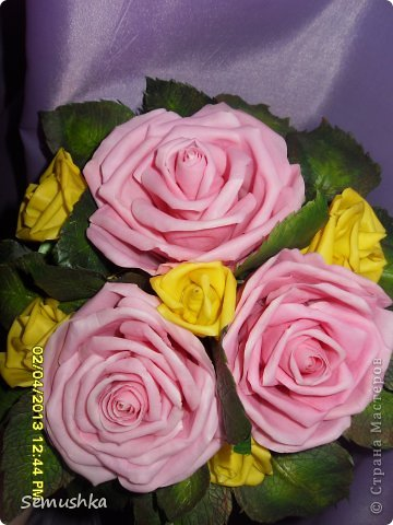 Такой букетик собрался в подарок свекрови....Цветы еще не закреплены окончательно так как кажется чего-то нехватает. У меня так и напрашиваются туда голубые цветочки. ПОдскажите стоит ли что-то добавлять или оставить так!!!!