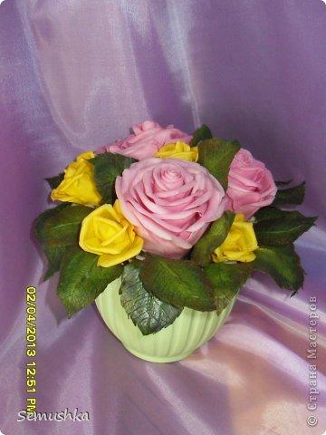 Такой букетик собрался в подарок свекрови....Цветы еще не закреплены окончательно так как кажется чего-то нехватает. У меня так и напрашиваются туда голубые цветочки. ПОдскажите стоит ли что-то добавлять или оставить так!!!!  фото 2