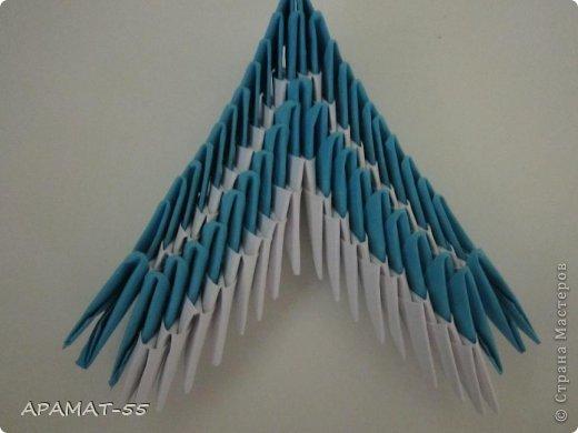 По просьбам жителей СМ решила попробовать сделать Мастер класс дельфина. Для сборки дельфина нам потребуются белые и синие модули, клей.  Приготовьте 1087 модулей  (236 белых модулей, 851 синий модуль)    фото 24