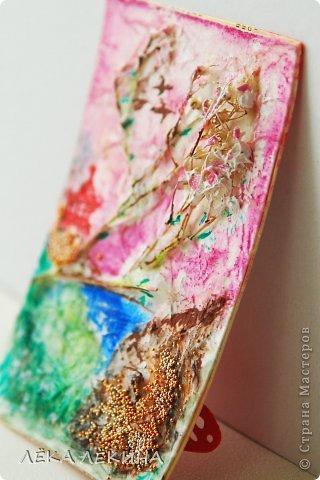 Карточка несерийная, сделана специально для одного человека, любительницы Востока. По материалам и технике. Основа картон и акварельная бумага торшон (крупнозернистая), сухоцветы, сверху покрыты тонким слоем бумаги, за счет этого фактура и объем, тонировано акварелью, потом сделан рисунок акрилом. Микробисер и немного мерцающего лака-глосси. Надеюсь понравится. фото 4