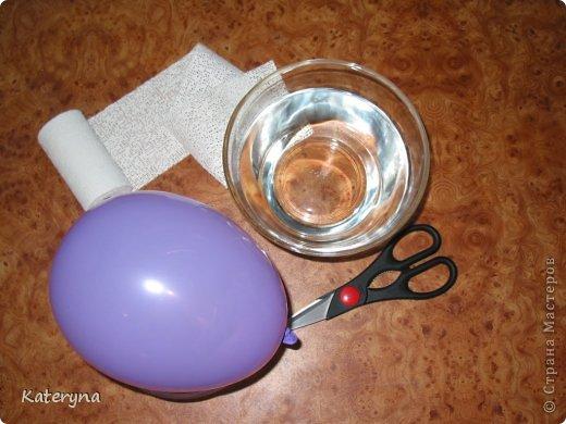 """Приветствую вас! Хочу предложить такой нехитрый способ для создания пасхального яйца. Потребуется : -гипсовый бинт (продаётся в аптеке,стоит дёшево); -воздушный шарик; -две ёмкости; -ножницы; -вода комнатной температуры. Надуйте воздушный шар так,чтоб он напоминал по форме яйцо.Поместите его в одну из ёмкостей.Во-вторую налейте тёплую воду. Гипсовый бинт следует нарезать на равные квадраты. Приступаем. Действовать нужно аккуратно,но быстро:) Каждый квадрат бинта на несколько секунд опускаем в воду,слегка отжимаем и накладываем нашему бедолаге-шарику гипс. Квадратные отрезы бинта нужно накладывать таким образом,чтобы не было прорех. Ладонями,уже на поверхности шарика,поглаживая в разных направлениях,создаём """"скорлупу"""" .  фото 1"""