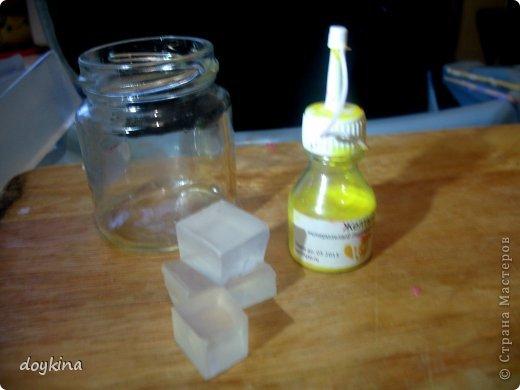 Всем привет! Еще одно красивейшее мыло-орхидея своими ручками. Для этого нам понадобится: - 150гр. мыльной основы (совсем немного прозрачной, остальная белая) - пигмент желтый, красный, фиолетовый - золотой (серебряный) перламутр - базовое масло (у меня миндальное) - отдушка (у меня лунный цветок) - спирт - пипетка Пастера - форма охидеи. Приступим. Для начала возьмем небольшую баночку и положим в нее немного прозрачной основы. Растопим и добавим каплю масла, 3 капли желтого пигмента (или 5,зависит от того, насколько яркий цвет хотите получить) и каплю отдушки фото 1