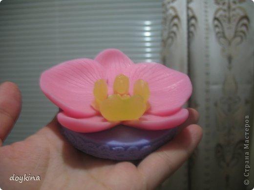 Всем привет! Еще одно красивейшее мыло-орхидея своими ручками. Для этого нам понадобится: - 150гр. мыльной основы (совсем немного прозрачной, остальная белая) - пигмент желтый, красный, фиолетовый - золотой (серебряный) перламутр - базовое масло (у меня миндальное) - отдушка (у меня лунный цветок) - спирт - пипетка Пастера - форма охидеи. Приступим. Для начала возьмем небольшую баночку и положим в нее немного прозрачной основы. Растопим и добавим каплю масла, 3 капли желтого пигмента (или 5,зависит от того, насколько яркий цвет хотите получить) и каплю отдушки фото 7
