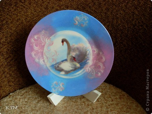 Стеклянная тарелка ,прямой декупаж ,подрисовка фона красками. фото 1