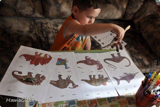 Добро пожаловать к нам в гости! Два дня мы с Глебом знакомимся с удивительным миром динозавров. У нас пока нет ни одной книги про этих удивительных существ, но интернет помог мне подготовиться к нашим домашним занятиям.  Вот, чем мы занимались! Мы с Глебом проводили опыты с солью, водой и льдом. Для интереса я заморозила воду с динозавриками внутри. Мы капали из пепетки горячую воду на лёд, а на вторую льдину насыпали крупной соли и наблюдали, что происходит. Соль быстрее справилась с задачей, чем мы с пипеткой. В итоге опустили первую льдину в горячую воду, лёд трещал, быстро плавился , выпуская из ледяного плена динозаврика. Но первая льдинка охладила воду, поэтому вторая - , таяла медленнее. Всё проговаривала с сыном. Занятие это заняло довольно длительное время. НО сыну понравилось, просил повторить. фото 5