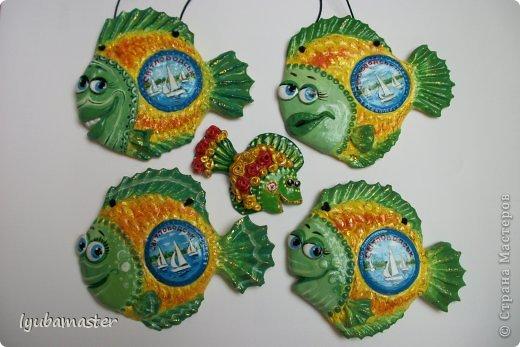Чем славен наш город Светловодск- морем и рыбой. У нас Кременчугское водохранилище, мы его называем Кременчугским морем. И конечно у нас ловится рыбка. Вот и придумала я такой подарок-сувенир. Размер рыбок с ладонь. Это и подвеска и магнит по желанию.