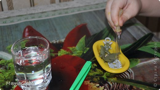 """Всем доброго дня! Наши динозавровые приключения, которые начались  <a href=""""https://stranamasterov.ru/node/555110"""">очень интересно</a>, продолжаются. Сегодня мы играли с солёным тестом. Рецептов много, я использовала самый простой: 1 стакан воды, чуть больше 1 стакана муки,  1/4 стакана соли (мелкой), 1/4 чайной ложки лимонной кислоты, пищевые красители.  Глеб придумал сказку, как динозаврик убежал от мамы и попал в болото (фото ниже), но у него много друзей, которые поспешили на выручку! Всё закончилось хорошо! Но повторилось многократно:-) фото 9"""
