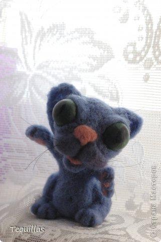 доброго дня! вот такой чудик-котэ. глаза впервые рисовала сама. раскрасила бусиныны. высота 12см. в попе маленький камушек чтобы голова не перевешивала. фото 3