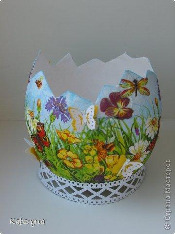 """Приветствую! На этот раз завершающая часть МК по созданию и декорированию яйца к Пасхе. Здесь 1я часть : https://stranamasterov.ru/node/552746 здесь 2я часть : https://stranamasterov.ru/node/553021  Из последней заготовки сделала я """"цветочно-бабочковое"""" яйцо :) Выбрала такие вот яркие салфетки,развела клей ПВА 1/1 с водой и,вооружившись кисточкой,задекупажила всю внешнюю поверхность.  фото 3"""