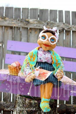 Да(О)мовушка баба Анфиса, экономист на пенсии,сбережет не только  бюджет, но и свяжет деньги)))))))))))))))))))Вот та(К)ая кукла была подарена моей сестре, она у меня(,) конечно(,) не экономист, и еще не на пенсии,но уж очень любит вязать)
