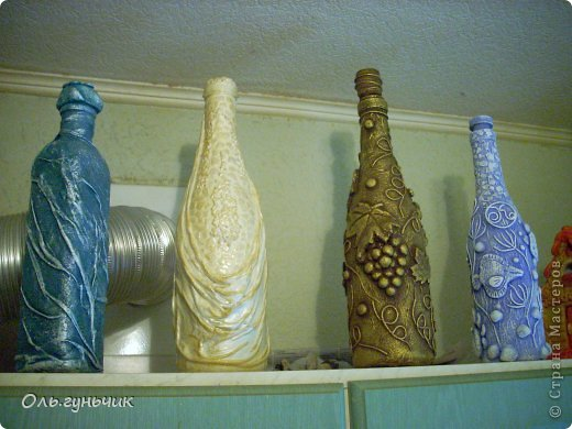 Всем здравствуйте!!! На кухонной стенке было как-то пусто, вот решила заполнить все своими бутылочками. И стало по веселее. На одной стороне бутылочки на другой плетеночки. (плетенки выложу позднее). фото 2