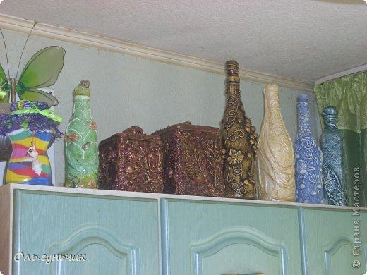 Всем здравствуйте!!! На кухонной стенке было как-то пусто, вот решила заполнить все своими бутылочками. И стало по веселее. На одной стороне бутылочки на другой плетеночки. (плетенки выложу позднее).