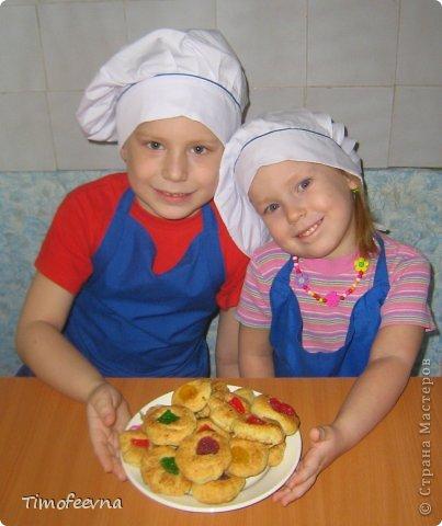 """Привет всем заглянувшим на огонёк! Сегодня двое начинающих и очень юных пекарей покажут вам интересный, яркий и вкусненький мастер-класс по приготовлению творожного печенья """"Светофор"""" (так они его сами назвали) фото 1"""