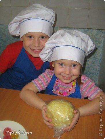 """Привет всем заглянувшим на огонёк! Сегодня двое начинающих и очень юных пекарей покажут вам интересный, яркий и вкусненький мастер-класс по приготовлению творожного печенья """"Светофор"""" (так они его сами назвали) фото 10"""