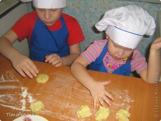 """Привет всем заглянувшим на огонёк! Сегодня двое начинающих и очень юных пекарей покажут вам интересный, яркий и вкусненький мастер-класс по приготовлению творожного печенья """"Светофор"""" (так они его сами назвали) фото 14"""