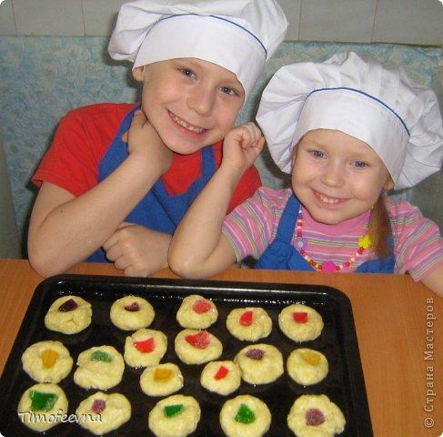 """Привет всем заглянувшим на огонёк! Сегодня двое начинающих и очень юных пекарей покажут вам интересный, яркий и вкусненький мастер-класс по приготовлению творожного печенья """"Светофор"""" (так они его сами назвали) фото 16"""