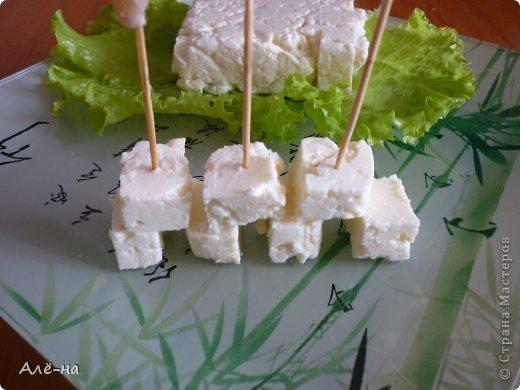 """Сразу скажу ,что  получается сыр,  ПОХОЖИЙ на фету.  Конечно же, настоящая фета делается в Греции из овечьего молока. Это рассольный сыр, внешне он напоминает прессованный творог, однако фета несколько плотнее и вкус ее гораздо выразительнее: соленый и одновременно с легкой молочной кислинкой. """"Фета"""" переводится, как кусок, именно куском ее и делают. Но когда нет под рукой , а очень хочется,то этот вариант меня очень выручает. Еще это отличная альтернатива блинам,когда скиснет молоко.  Я выкладывала похожий  рецепт творожного сыра  https://stranamasterov.ru/node/273107.  Но этот вариант уж очень простой !!!! На просторах интернета очень много рецептов """"феты"""" , но во многих присутствуют специальные таблетки Ациддин-пепсин. Я нашла наиболее простой вариант, без всяких дополнительных добавок.  Если будет возможность попробую с таблетками,ну а пока..я очень довольна как получилось и без них))"""
