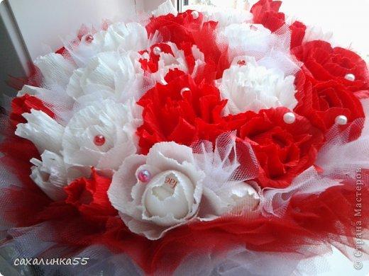 """Здравствуйте,жители страны мастеров! Вот наконец то смастерила дочери букет в подарок на день рождения. Розы из гофрированной бумаги делала в первые,до этого работала с органзой и тканью,да еще делала розы из атласных лент. Спасибо Свете Мотюль,Анне Марцевой Анастасии Резуновой, розы делала по их МК.(они получились все разные) . Еще отдельное спасибоХристине Гуменюк,которая собрала в своемМК"""" Цветы... как я их делала"""" все ссылки на МК по изготовлению цветов. фото 2"""